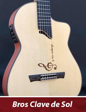 guitarra con customización de clave de sol en la tapa y tallado en el puente
