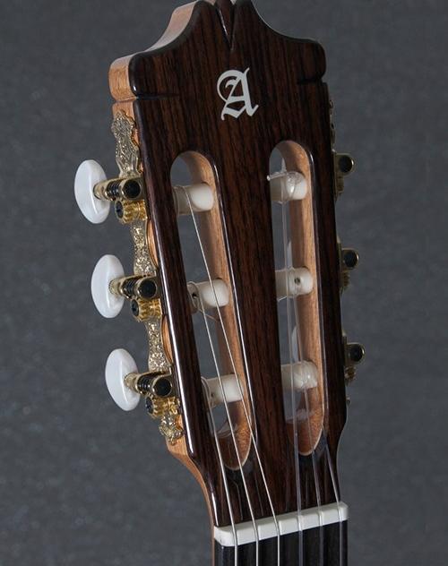 clavijeros y cuerdas del modelo 7P classic de alhambra