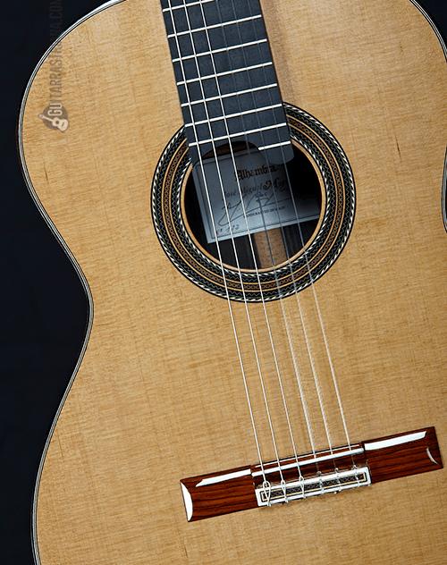 tapa de cedro macizo de la guitarra alhambra Jose Miguel Moreno